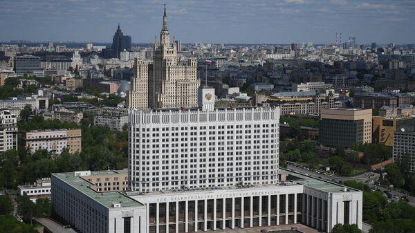 Дом Правительства РФ (на первом плане) и жилой дом на Кудринской площади в Москве. - Sputnik Аҧсны