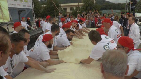 Самую длинную жареную пиццу приготовили в Неаполе - Sputnik Абхазия