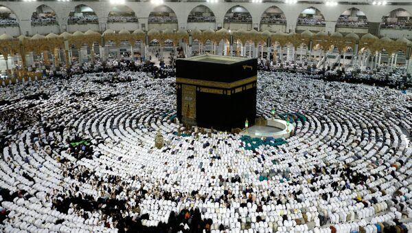 Мусульмане молятся и собираются вокруг святой Каабы в мечети шейха Зайда во время священного месяца Рамадан в Мекке, Саудовская Аравия - Sputnik Аҧсны