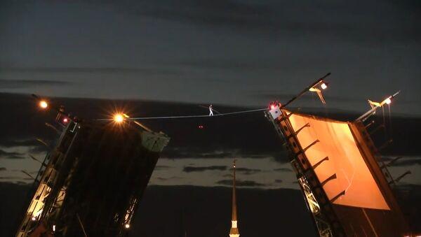 В Петербурге канатоходец прошел через разведенный Дворцовый мост - Sputnik Абхазия