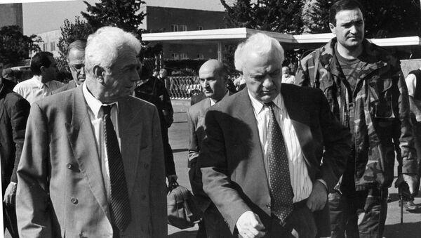 Президент Грузии Эдуард Амвросиевич Шеварднадзе (родился в 1928 году) (справа) в Сухуме во время военных действий - Sputnik Абхазия