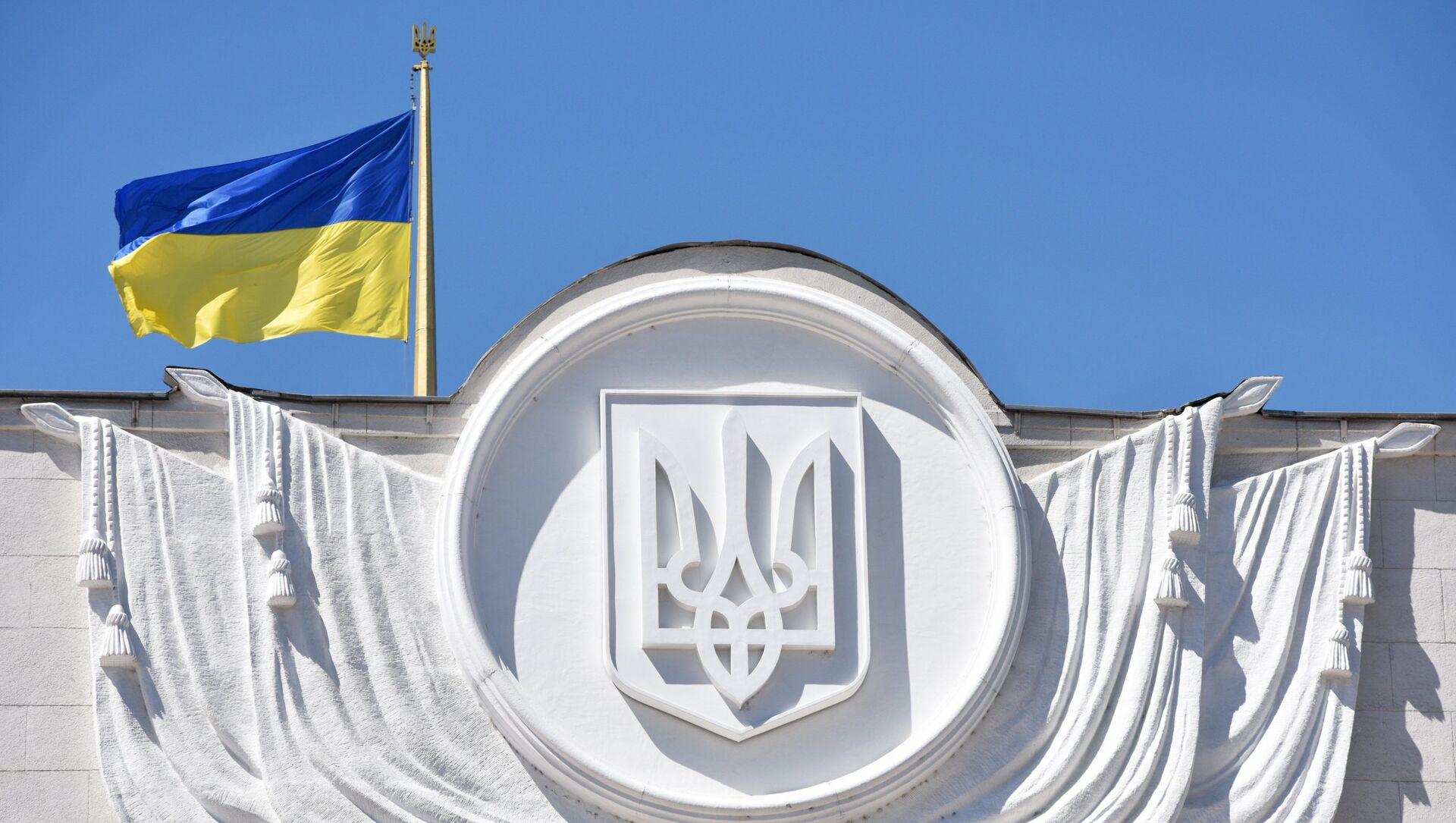 Флаг Украины на здании Верховной рады в Киеве - Sputnik Абхазия, 1920, 19.08.2021