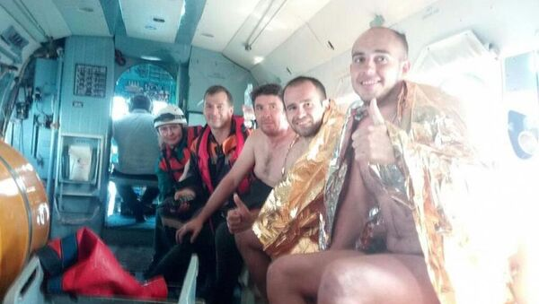 Спасатели эвакуировали из моря двух мужчин, которых унесло на матрасе на 20 км от берега - Sputnik Абхазия
