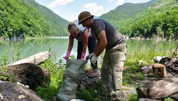 Уборка мусора на озере Амткял - Sputnik Абхазия