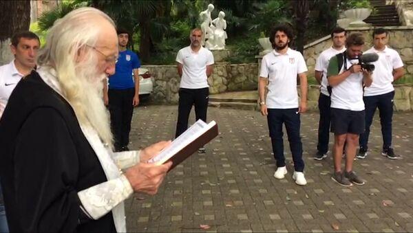С Богом!: футболистов сборной Абхазии благословили перед ЧМ в Лондоне - Sputnik Абхазия
