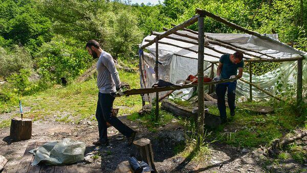 Вынесли кровати и снесли балаган: как волонтеры провели уборку у озера Амткял - Sputnik Абхазия