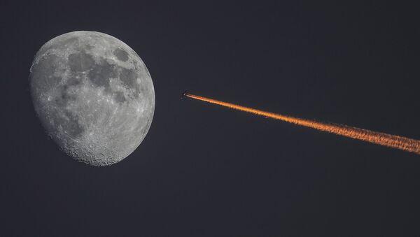 Луна и самолет на закате - Sputnik Абхазия