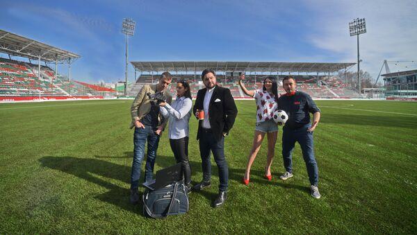 Наивные путешественники на стадионе - Sputnik Абхазия