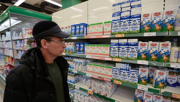 Мужчина в одном из супермаркетов в Москве - Sputnik Аҧсны