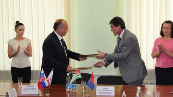 Состоялось подписание Соглашения о сотрудничестве между Советским районом и Сухумским городским собранием - Sputnik Абхазия