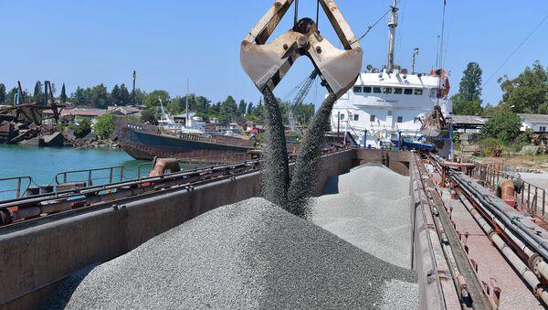 Погрузка инертных на грузовой корабль для транспортировки груза из Сухумского порта в Крым - Sputnik Аҧсны