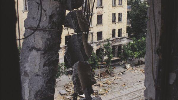 Грузино-абхазский конфликт 1993-1994 года. Разрушенные дома в центре города Сухум - Sputnik Аҧсны