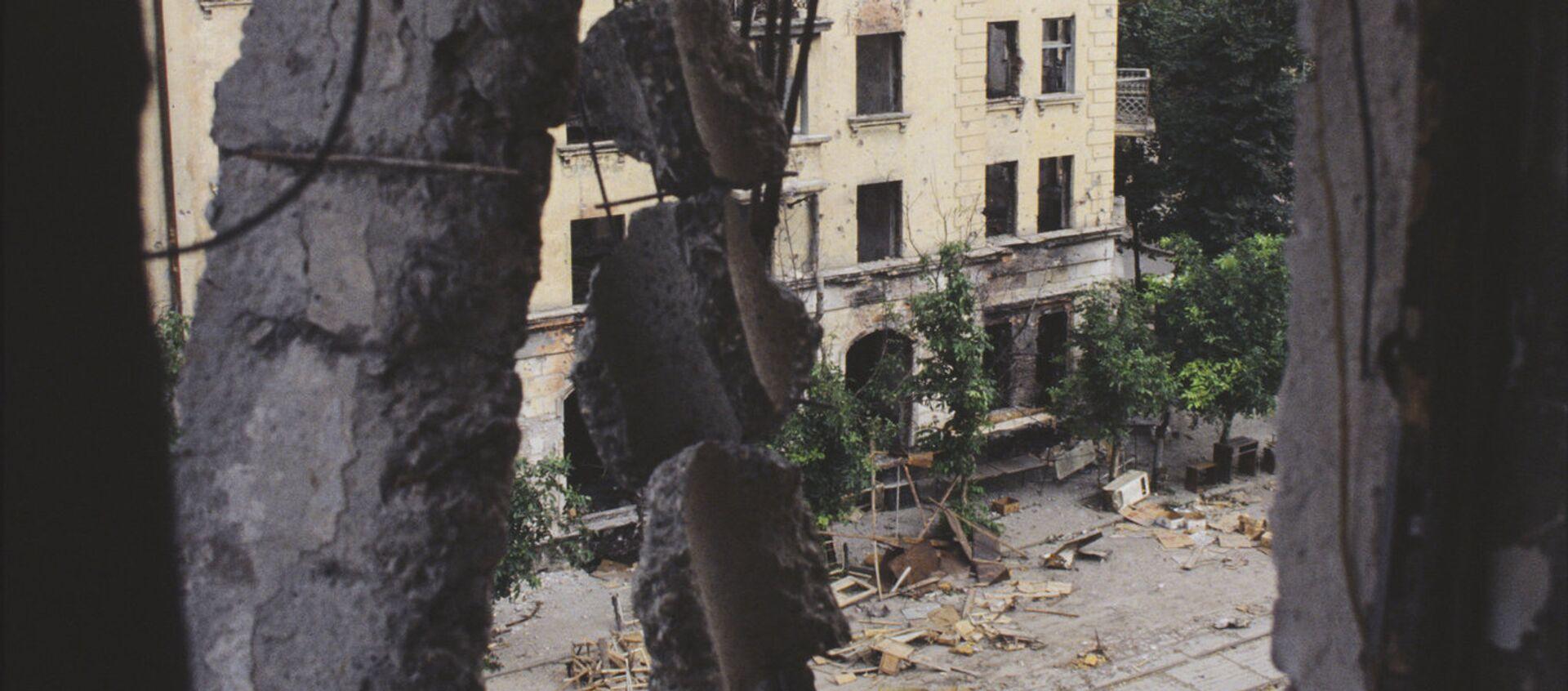 Отечественная война народа Абхазии 1993-1994 года. Разрушенные дома в центре города Сухум - Sputnik Аҧсны, 1920, 14.08.2021