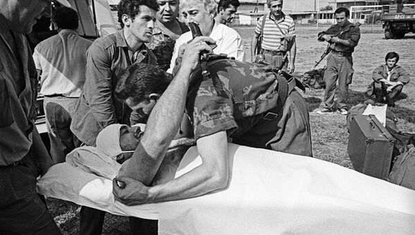 Командир абхазских ополченцев прощается с раненным бойцом. - Sputnik Аҧсны