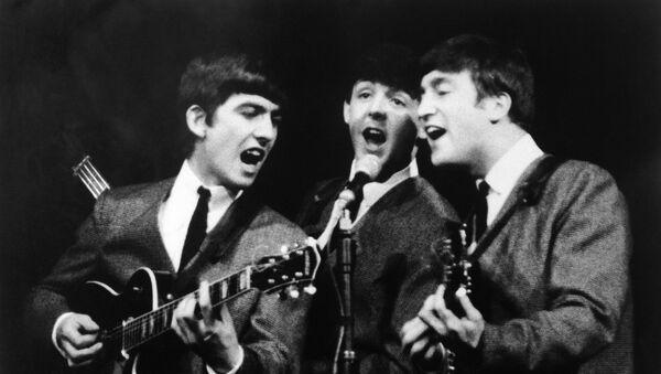 Джордж Харрисон, Пол Маккартни и Джон Леннон во время концерта в Лондоне - Sputnik Аҧсны