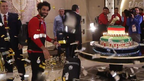 Съедобная золотая бутса на 100-килограммовом торте для Мохаммеда Салаха - Sputnik Абхазия