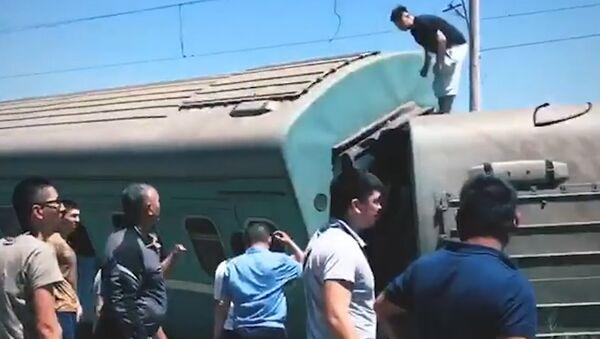 Пассажирский поезд сошел с рельсов в Казахстане. Съемка с места ЧП - Sputnik Абхазия