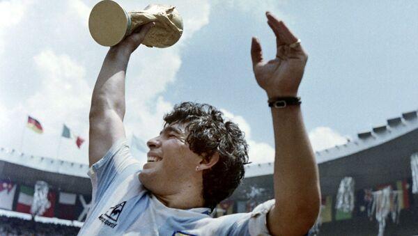 Капитан сборной Аргентины Диего Марадона с Кубком мира по футболу после победы в матче с Западной Германией, 1986 год - Sputnik Абхазия