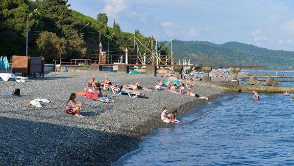 Люди на пляже в Сухуме - Sputnik Абхазия