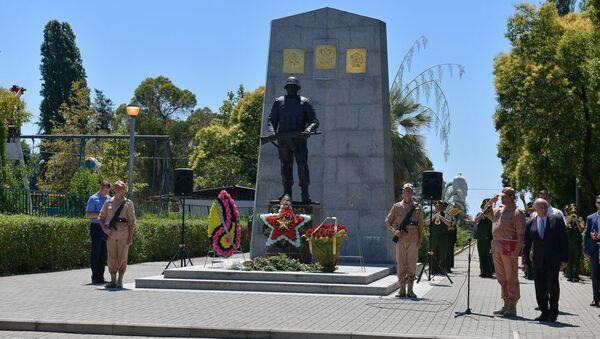 День российского миротворца, возложение цветов к памятнику - Sputnik Абхазия