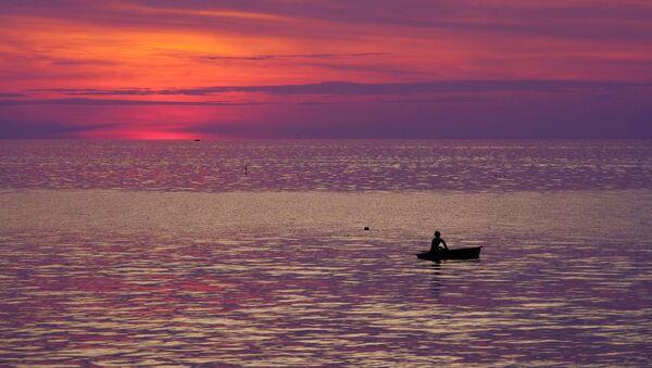 Рыбак в лодке в Андаманском море у побережья Таиланда. - Sputnik Аҧсны
