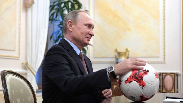 Президент РФ В. Путин с мячом в руках, архивное фото - Sputnik Аҧсны