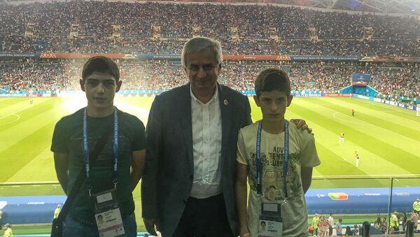 Рауль Хаджимба с учениками калдахуарской школы интернат на чемпионате мира по футболу - Sputnik Абхазия