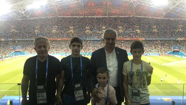 Рауль Хаджимба с учениками калдахуарской школы интернат на чемпионате мира по футболу - Sputnik Аҧсны
