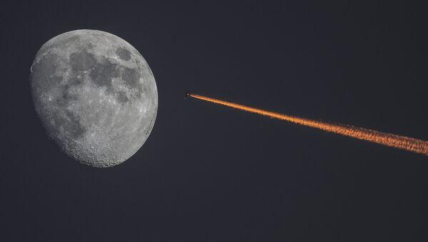 Луна и самолет на закате. - Sputnik Аҧсны