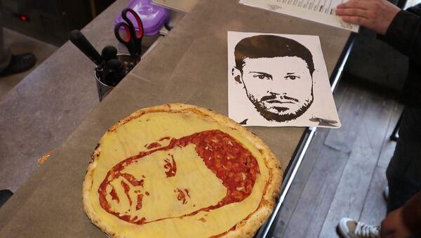 Футбольные пиццы делают в одном из ресторанов Петербурга - Sputnik Абхазия
