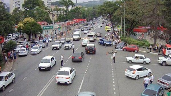 В Сочи иномарка на большой скорости врезалась в группу людей на тротуаре - Sputnik Абхазия