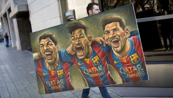 Мужчина несет картину карикатуриста Vizcarra, изображающую футболистов Луиса Суареса, Неймара и Лионеля Месси - Sputnik Абхазия