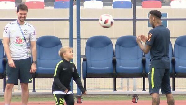 Неймар тренирует сына - Sputnik Абхазия