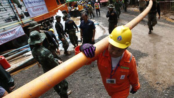 Спасатели с водопроводной трубой в время спасательной операции у пещеры в Таиланде - Sputnik Аҧсны
