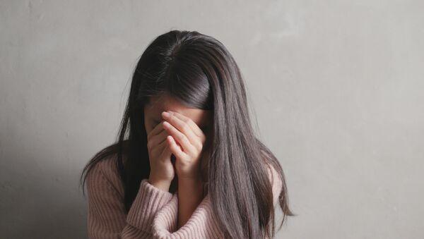 Девушка-азиатка закрыла лицо руками - Sputnik Абхазия