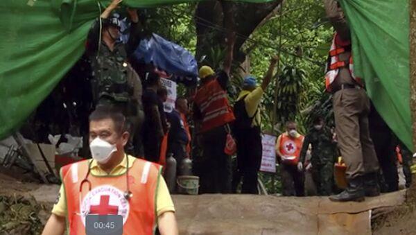 Спасатели несут носилки с предполагаемым спасенным ребенком из затопленной пещеры Тхам Луанг в Таиланде - Sputnik Аҧсны