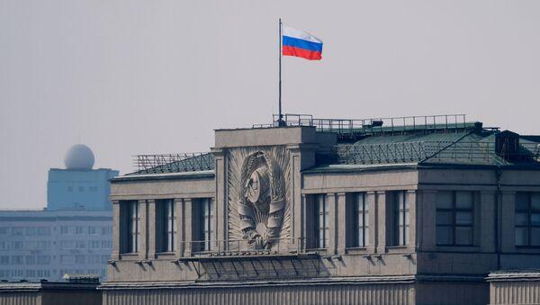 Флаг на здании Государственной Думы РФ на улице Охотный ряд в Москве - Sputnik Аҧсны