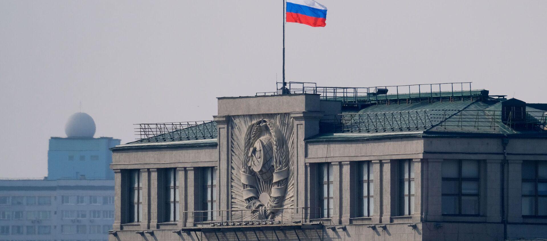Флаг на здании Государственной Думы РФ на улице Охотный ряд в Москве - Sputnik Абхазия, 1920, 20.09.2021