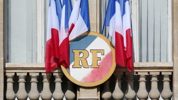 Французские национальные флаги и герб Французской Республики - Sputnik Абхазия
