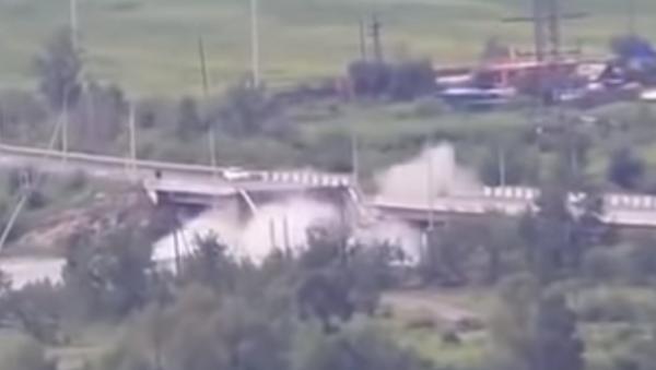 Момент обрушения автомобильного моста в Чите - Sputnik Абхазия