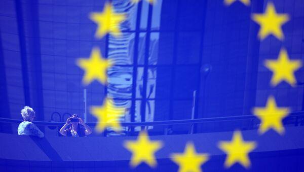 Туристы в отражении эмблемы ЕС - Sputnik Аҧсны