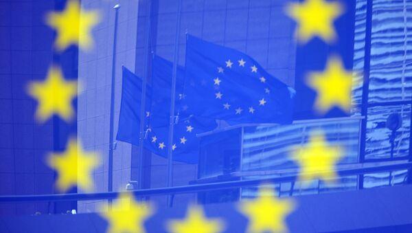 Флаги Евросоюза в отражении на стенде с эмблемой ЕС - Sputnik Аҧсны