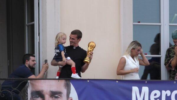 Гризманн привез кубок ЧМ-2018 по футболу в родной город Макон - Sputnik Абхазия