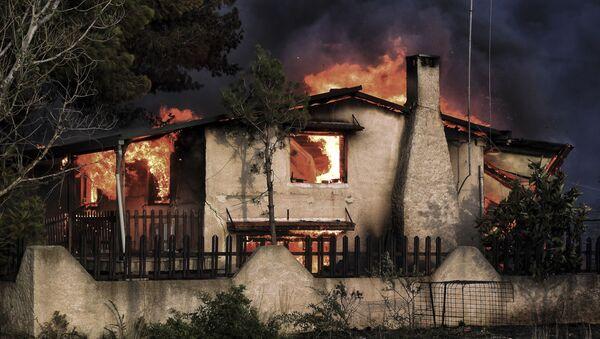 Горящий дом, попавший в зону лесных пожаров в окрестностях Афин, Греция - Sputnik Аҧсны