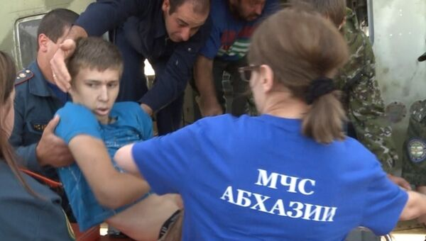 Спасатели МЧС доставляют в столицу раненого юношу - Sputnik Аҧсны