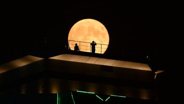 Луна во время затмения на фоне здания высотного комплекса Грозный сити в Грозном - Sputnik Аҧсны