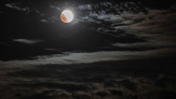 Луна во время затмения над мысом Меганом в Крыму - Sputnik Аҧсны