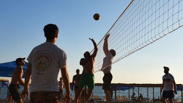 Отдыхающие играют волейбол на пляже Мокко в Сухуме. - Sputnik Абхазия
