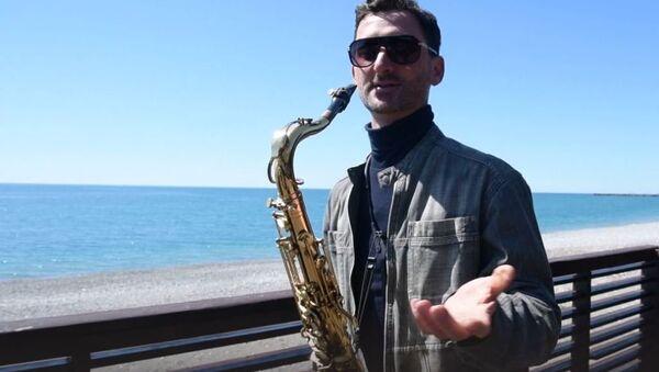 Незнакомцы в ночи и розовая пантера: мастер-класс от саксофониста из Гагры - Sputnik Абхазия