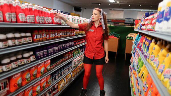 Британская художница Люси Спарроу поправляет бутылки кетчупа на полках в своем супермаркете-инсталляции, где все сделано из войлока, в Лос-Анджелесе, США - Sputnik Абхазия